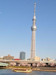 東京スカイツリーと船