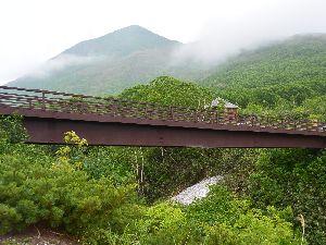 五色温泉橋とイワオヌプリ