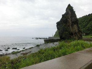大きな岩と日本海