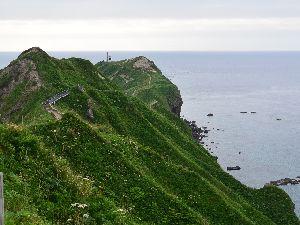 チャレンカの道 神威岬灯台を望む