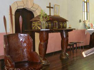 教会の祭壇の横