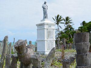 カトリック宣教師の上陸記念碑と魔除けの木彫り