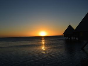 夕陽と水上バンガロー