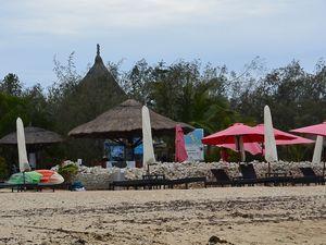 ビーチパラソルとわらぶき屋根