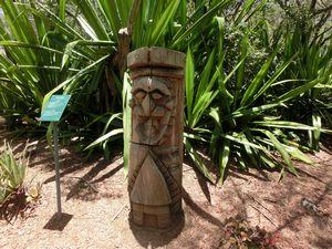 木彫りの彫刻像
