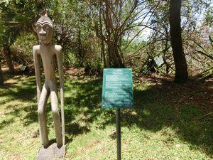 木彫りの彫刻像と木